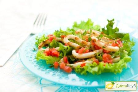 Диетический салат с консервированным кальмаром